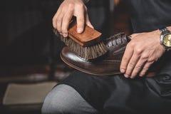 Βούρτσα στα χέρια των καθαρίζοντας παπουτσιών ατόμων στοκ φωτογραφία με δικαίωμα ελεύθερης χρήσης