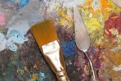 Βούρτσα χρωμάτων και παλαιά παλέτα Στοκ Εικόνες