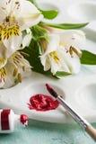 Βούρτσα χρωμάτων, κόκκινο χρώμα watercolor με τα λουλούδια άνοιξη Στοκ Φωτογραφίες