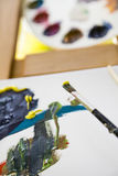 Βούρτσα χρωμάτων με το χρώμα και τον καμβά Στοκ φωτογραφία με δικαίωμα ελεύθερης χρήσης