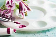 Βούρτσα χρωμάτων, πορφυρό χρώμα watercolor με τα λουλούδια άνοιξη Στοκ Εικόνες