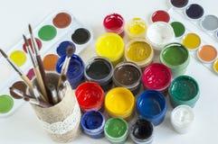 Βούρτσα χρωμάτων τέχνης που βρίσκεται σε ένα χαρτόνι με τα χρώματα γκουας στοκ φωτογραφίες