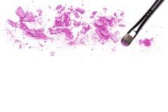 Βούρτσα Makeup και πορφυρή σκιά ματιών στο λευκό με το διάστημα για το κείμενο Στοκ εικόνες με δικαίωμα ελεύθερης χρήσης