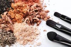 Βούρτσες δέντρων makeup και θρυμματισμένες σκιές ματιών των διαφορετικών χρωμάτων Στοκ εικόνες με δικαίωμα ελεύθερης χρήσης