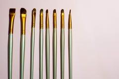 Βούρτσες για το makeup σε ένα ρόδινο υπόβαθρο στοκ φωτογραφία