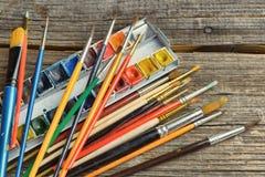 Βούρτσες και χρώματα καλλιτεχνών Στοκ Εικόνες