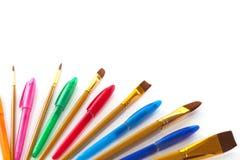 Βούρτσες καλλιτεχνών και χρωματισμένες πέννες Στοκ εικόνες με δικαίωμα ελεύθερης χρήσης