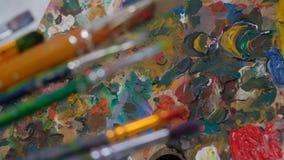Βούρτσες στα χέρια των γυναικών του καλλιτέχνη Σχέδιο και τέχνη απόθεμα βίντεο