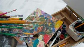 Βούρτσες στα χέρια των γυναικών του καλλιτέχνη Σχέδιο και τέχνη φιλμ μικρού μήκους