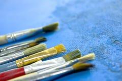 Βούρτσες στον μπλε καμβά με τη σύσταση Στοκ φωτογραφία με δικαίωμα ελεύθερης χρήσης