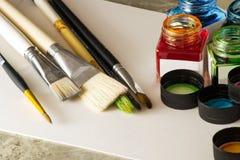 Βούρτσες χρωμάτων, ακρυλικό χρώμα στη Λευκή Βίβλο για το σχέδιο Στοκ φωτογραφία με δικαίωμα ελεύθερης χρήσης