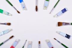 Βούρτσες χρωμάτων και σωλήνες χρώματος που τοποθετούνται στη διαγώνια κατεύθυνση που απομονώνεται σε ένα υπόβαθρο Στοκ Εικόνες