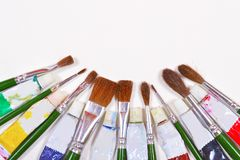 Βούρτσες χρωμάτων και χρησιμοποιημένοι σωλήνες χρώματος που απομονώνονται σε ένα υπόβαθρο Στοκ Φωτογραφία