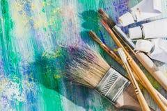Βούρτσες χρωμάτων καλλιτεχνών και σωλήνες χρωμάτων του χρώματος Στοκ Εικόνες