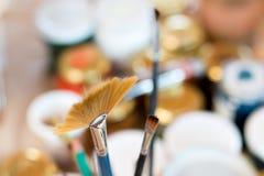 Βούρτσες χρωμάτων σε ένα εργαστήριο ζωγραφικής Στοκ εικόνες με δικαίωμα ελεύθερης χρήσης