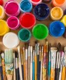 Βούρτσες, χρώμα στο ξύλινο υπόβαθρο Στοκ Εικόνες