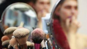 Βούρτσες Makeup, κινηματογράφηση σε πρώτο πλάνο απόθεμα βίντεο