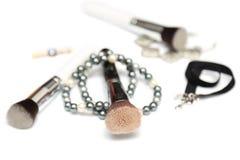 Βούρτσες Makeup με beading που απομονώνεται στο άσπρο υπόβαθρο Στοκ Εικόνες