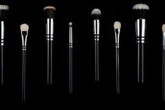 Βούρτσες Makeup στο μαύρο υπόβαθρο Στοκ Εικόνες