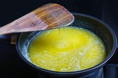 Βούτυρο που λειώνει στο αντικολλητικό καυτό τηγανίζοντας τηγάνι Στοκ φωτογραφία με δικαίωμα ελεύθερης χρήσης