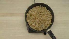 Βούτυρο που λειώνει σε ένα καυτό τηγανίζοντας τηγάνι απόθεμα βίντεο