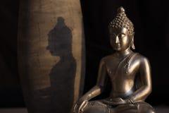 Βούδας με τη σκιά στο φως Στοκ Φωτογραφία