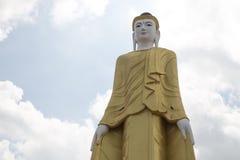 Βούδας που στέκεται στην επαρχία Myawaddy, κράτος της Karen, Myanma Στοκ εικόνα με δικαίωμα ελεύθερης χρήσης