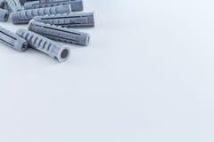 Βούλωμα και βίδες τοίχων γόμφων στο άσπρο υπόβαθρο Στοκ φωτογραφία με δικαίωμα ελεύθερης χρήσης