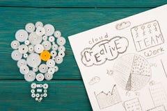 βολβός που αποτελείται από τα εργαλεία και τα σκίτσα των γραφικών παραστάσεων Στοκ φωτογραφίες με δικαίωμα ελεύθερης χρήσης