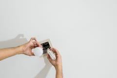 Βολβός των οδηγήσεων εκμετάλλευσης χεριών για να αντικαταστήσει το φθορισμού λαμπτήρα Στοκ φωτογραφία με δικαίωμα ελεύθερης χρήσης