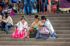 Βολιβιανές γυναίκες που κάθονται στα βήματα σε Plaza Murillo στο Λα Παζ, Στοκ Εικόνες