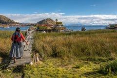 Βολιβιανή γυναίκα στη λίμνη Titicaca Στοκ Φωτογραφία