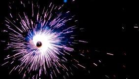 Βράδια Diwali - πυροτεχνήματα Chakkar στο σκοτάδι στοκ φωτογραφίες