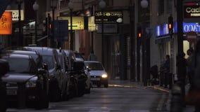 Βράδυ Αλικάντε, Ισπανία Οδός με τα καταστήματα, την κυκλοφορία αυτοκινήτων και τους περπατώντας ανθρώπους φιλμ μικρού μήκους