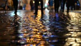 Βράδυ βροχής ανθρώπων αντανάκλασης απόθεμα βίντεο