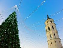 Βράδυ εμφάνισης Vilnius πύργων κουδουνιών χριστουγεννιάτικων δέντρων και καθεδρικών ναών Στοκ φωτογραφία με δικαίωμα ελεύθερης χρήσης