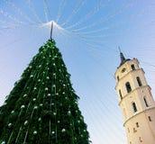 Βράδυ της Λιθουανίας εμφάνισης Vilnius πύργων κουδουνιών χριστουγεννιάτικων δέντρων και καθεδρικών ναών Στοκ φωτογραφία με δικαίωμα ελεύθερης χρήσης