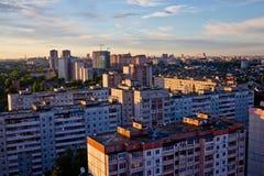 Βράδυ Voronezh Σύγχρονα σύγχρονα κατοικημένα κτήρια, οικοδόμηση των νέων κτηρίων Στοκ Εικόνα