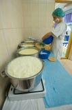 βράζοντας γάλα τυριών στοκ εικόνες