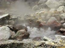Βράζοντας καυτό ελατήριο μεταξύ των βράχων σε Furnas στο Σάο Miguel, οι Αζόρες Στοκ Φωτογραφία