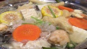 Βράζοντας σούπα με τα λαχανικά ποικιλίας φιλμ μικρού μήκους