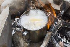 Βράζοντας σούπα σε μια πυρά προσκόπων Στοκ φωτογραφίες με δικαίωμα ελεύθερης χρήσης