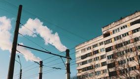 Βράζοντας τους σωλήνες της θέρμανσης του σταθμού πίσω από τα μέρη των καλωδίων στην περιοχή πόλης κοιτώνων στον ατμό απόθεμα βίντεο