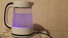 βράζοντας ύδωρ τσαγιού κα Νερό που βράζει στην κατσαρόλα φιλμ μικρού μήκους