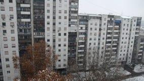 Βράση ενός κτηρίου χιονίζοντας φιλμ μικρού μήκους