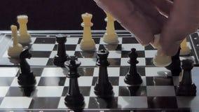 Βράση του σκακιού κομματιών στον πίνακα σκακιού φιλμ μικρού μήκους