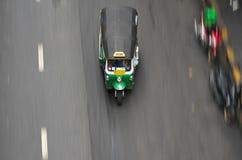Βράση Tuk Tuk που τρέχει στην οδό Silom κοντά σε Patpong στη Μπανγκόκ στοκ εικόνα με δικαίωμα ελεύθερης χρήσης