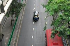 Βράση Tuk Tuk που τρέχει στην οδό Silom κοντά σε Patpong στη Μπανγκόκ στοκ εικόνες με δικαίωμα ελεύθερης χρήσης