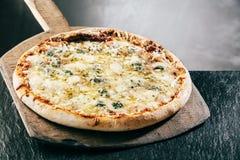 Βράσιμο στον ατμό της καυτής ιταλικής πίτσας τεσσάρων τυριών στοκ φωτογραφία με δικαίωμα ελεύθερης χρήσης