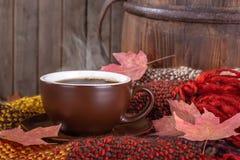 Βράσιμο στον ατμό του φλιτζανιού του καφέ σε ένα αγροτικό υπόβαθρο στοκ εικόνες